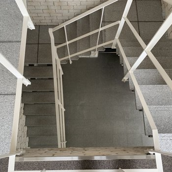 らせん階段で1.5階へ行くと…