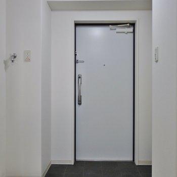 ゆったりサイズの玄関。※写真は同タイプの別室。