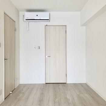 【洋室】正面には収納が※写真は3階の同間取り別部屋のものです