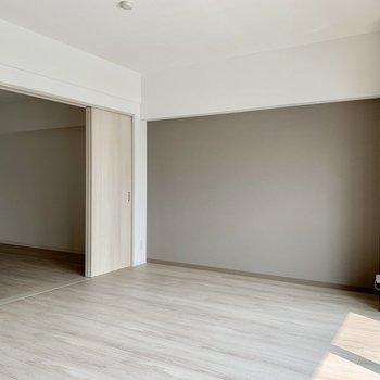 グレーのアクセントクロスがシック※写真は3階の同間取り別部屋のものです