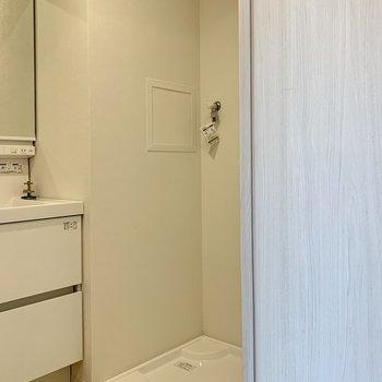 洗濯機置場は洗面台の隣です※写真は3階の同間取り別部屋のものです