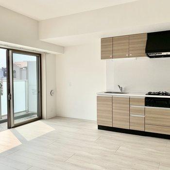 【LDK】収納たっぷりのキッチンの隣に冷蔵庫がおけます※写真は3階の同間取り別部屋のものです