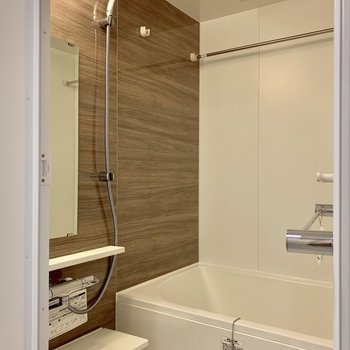 浴室乾燥機付き。アクセントパネルがナチュラル※写真は3階の同間取り別部屋のものです