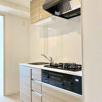 キッチンの隣に冷蔵庫がおけますよ※写真は3階の同間取り別部屋のものです