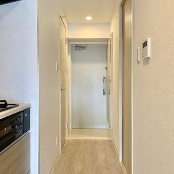 段差の少ないコンパクトな玄関です※写真は3階の同間取り別部屋のものです