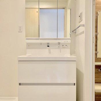 三面鏡で身だしなみオッケーな洗面台※写真は3階の同間取り別部屋のものです