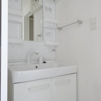 きれいな洗面台。(※写真は10階の同間取り別部屋のものです)
