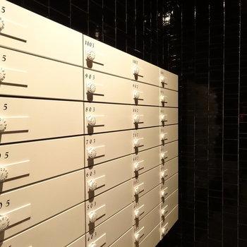 メールBOXはツヤっぽい黒タイルに白。