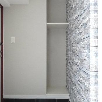 玄関スペースにちょっとした収納スペース。傘立て置いたりしましょうか。(※写真は10階の同間取り別部屋のものです)