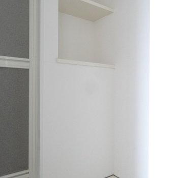 洗濯スペースにちょっとした棚は助かります。(※写真は10階の同間取り別部屋のものです)