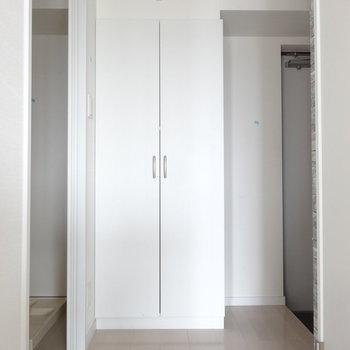 玄関には大きめシューズクローゼット。(※写真は10階の同間取り別部屋のものです)