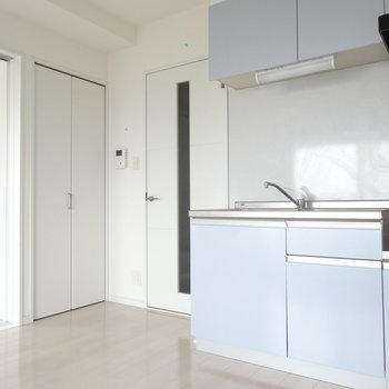 コットンブルーのキッチンが爽やか〜。(※写真は10階の同間取り別部屋のものです)