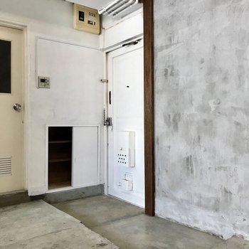 玄関にはシューズボックスがビルトイン。横にはグリーンを飾りたい