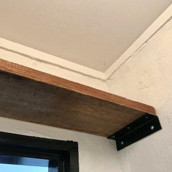 上の棚はヴィンテージカジュアルに。便利さも兼ね備えていますね