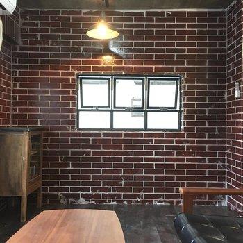 洋室の一箇所には小窓がちょこん(※写真の家具・小物は見本です)