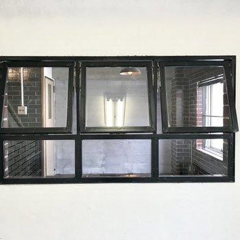 洋室の小窓はキッチンと繋がっていました、素敵だなぁ