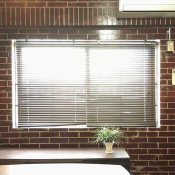 窓には黒のブラインドがついていました(※写真の家具・小物は見本です)