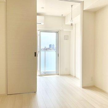 白が基調の空間です※写真は5階の同間取り別部屋のものです