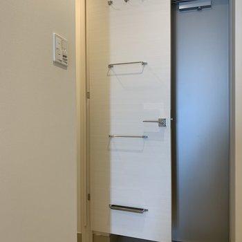 扉に傘などが収納できます※写真は5階の同間取り別部屋のものです