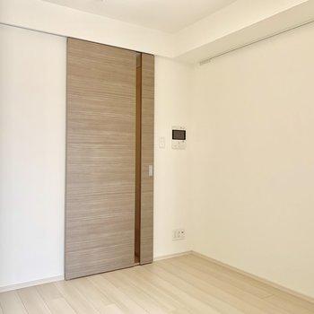 扉の向こうにはキッチンなどがあります※写真は5階の同間取り別部屋のものです