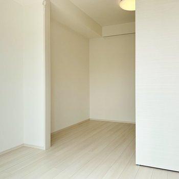 窓側の空間にはベッドを置いたり※写真は5階の同間取り別部屋のものです