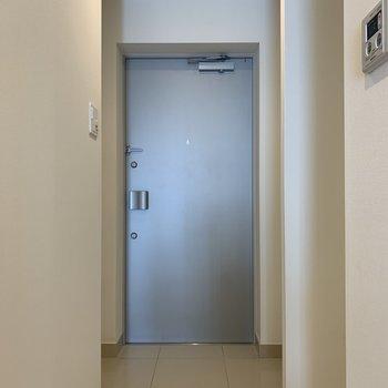 フラットな玄関※写真は5階の同間取り別部屋のものです