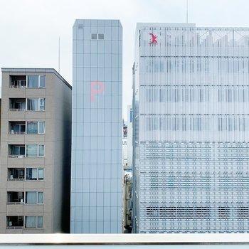 向かいの建物とは程よく距離感があります◎(※写真は8階の同間取り別部屋のものです)