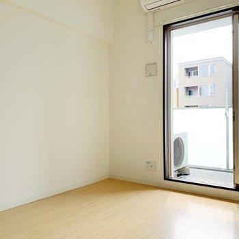【洋室5.6帖】こちらは寝室として使おうかな〜。(※写真は8階の同間取り別部屋のものです)