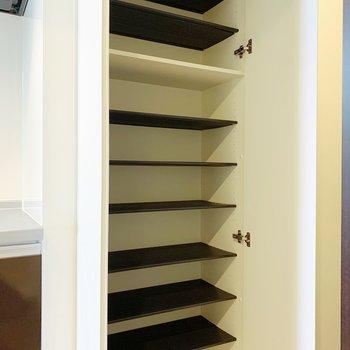 収納は縦長で、幅がそれぞれ違うので、パンプスやブーツ、スニーカーとカテゴリーわけできますよ◯(※写真は8階の同間取り別部屋のものです)
