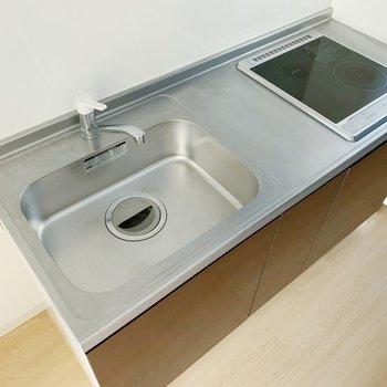シンクが広いとお皿洗いが楽なんですよね〜。IHも2口ですよ。(※写真は8階の同間取り別部屋のものです)