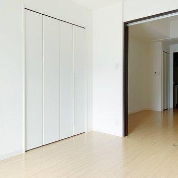 【洋室5.6帖】夜は白い壁に映画をうつして、映画上映会◯(※写真は8階の同間取り別部屋のものです)