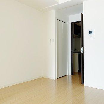 【リビング6.4帖】洋室との扉をあけておくと、しっかり明るい◎(※写真は8階の同間取り別部屋のものです)