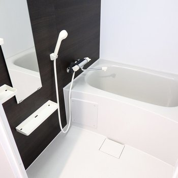 お風呂はシンプルな設備ですが、浴室乾燥機付きなので雨の日の洗濯物もしっかり乾きます。 (※写真は3階の反転間取り別部屋のものです)