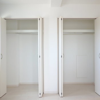 その脇の壁にはクローゼットが2つ。洋服好きさんも便利にお住まいいただけます◎ (※写真は3階の反転間取り別部屋のものです)