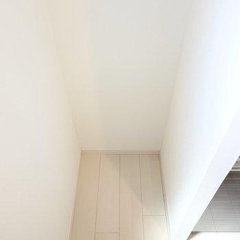 冷蔵庫置き場はスペースの奥に。 (※写真は3階の反転間取り別部屋のものです)