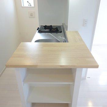 キッチンカウンターは家電置き場として。サイドの棚には皿などを収納。 (※写真は3階の反転間取り別部屋のものです)