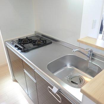 2口コンロに調理スペースもしっかりある自炊派にも嬉しいキッチン。 (※写真は3階の反転間取り別部屋のものです)