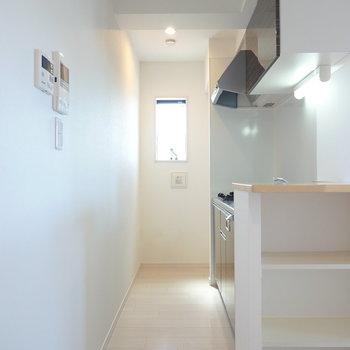 細長いスペースの奥には窓があるので篭りがちな料理の匂いもしっかり換気できますよ。 (※写真は3階の反転間取り別部屋のものです)