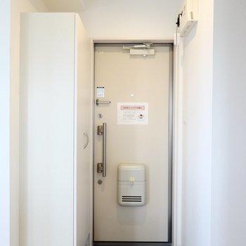クールなタタキの玄関には、フロート仕様の靴箱が。 (※写真は3階の反転間取り別部屋のものです)