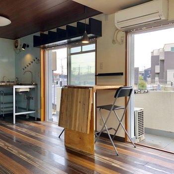 無骨なキッチンと、カフェ風のテーブルがこのお部屋のこだわり◎(※写真は清掃前のものです)