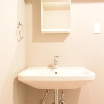 洗面台はとにかくすっきり!鏡のうしろは小さな収納に