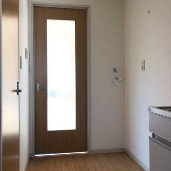 キッチン左側に冷蔵庫が置けます。その隣に洗濯機置き場です。