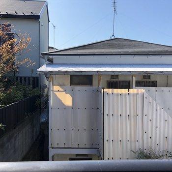 窓正面からの眺望、お隣とは距離を保てています。