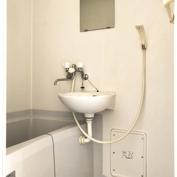 ゆとりのあるお風呂です。朝の準備用にスリッパがあると便利かと。