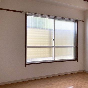 【洋室】くもりガラスで視界が気になりません