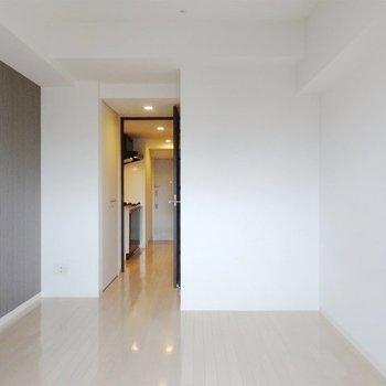 洋室は6.9帖の広さ。(※写真は7階の反転間取り別部屋のものです)