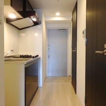 廊下にキッチンがあるタイプ。(※写真は7階の反転間取り別部屋のものです)