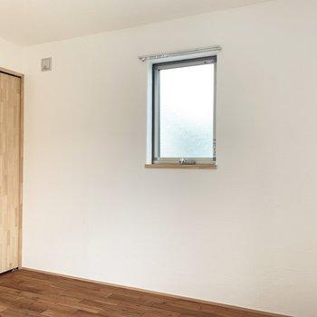【洋室】この小窓はレバーをくるくるっと回して開けます。※写真は前回募集時のものです