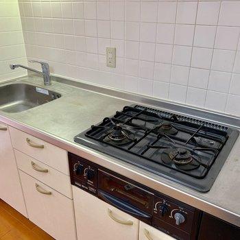 【ldk】3口コンロに作業台広々で料理が捗る※写真はクリーニング前のものです