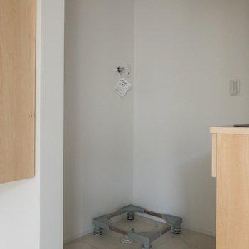 手前は冷蔵庫置場、奥は洗濯機置場に。※写真はクリーニング前のものです